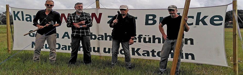 BI-Mitglieder nach Aufstellen eines Banners