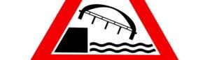 Brücke fällt ins Wasser